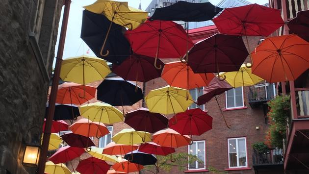 Jolis parapluies dans la rue du Cul-de-Sac, Quartier Petit Champlain, Québec