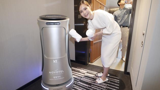 Artificial-intelligence GiGA Genie Hotel Robot.