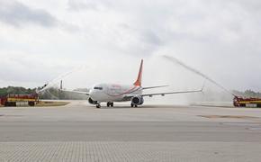 Sunwing plane arrives on Grand Cayman