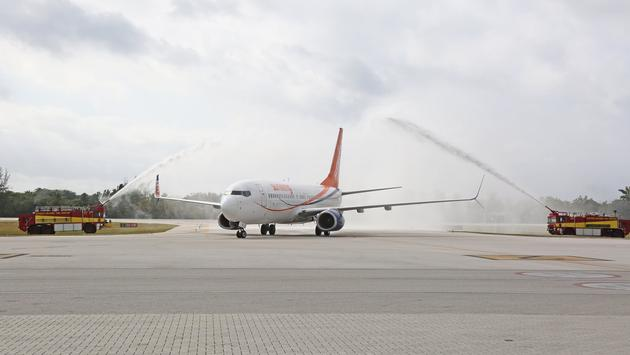 Sunwing plane arrives on Grand Cayman