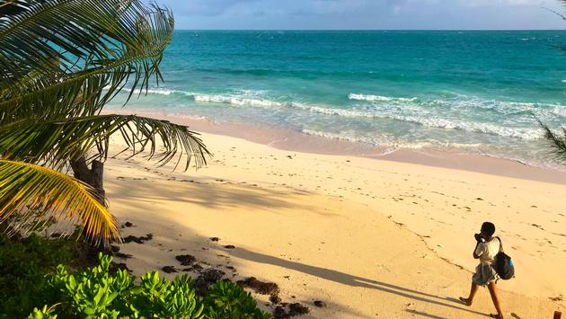 FOTO: Camine por la playa en la Villa Única  un hotel en la Isla de Eleuthera. (Foto de Jim Beyers)