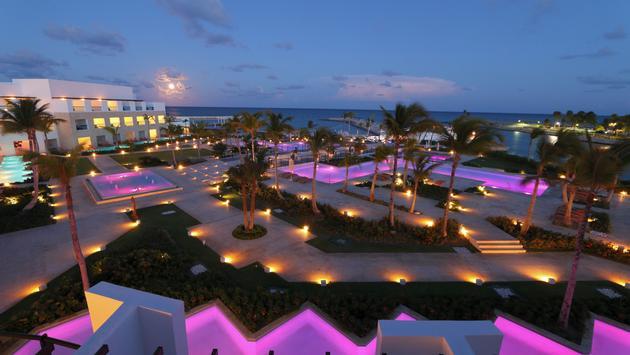 Vue des piscines de nuit, TRS Cap Cana