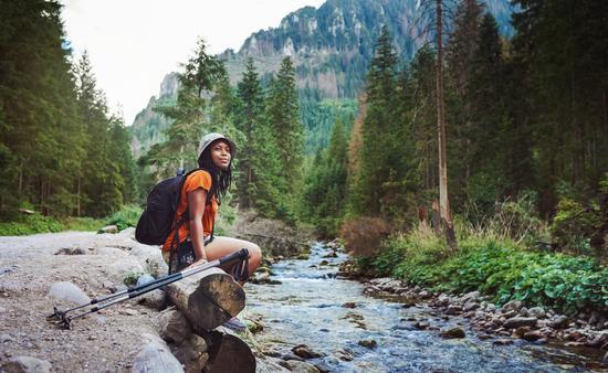 FOTO: Una viajera sola explorando el bosque. Foto de Poland / mapodile)