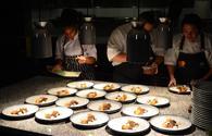 Cuisiniers en pleine action au restaurant The Kitchen Table, à Aruba. (photo: Gabriel Anctil)