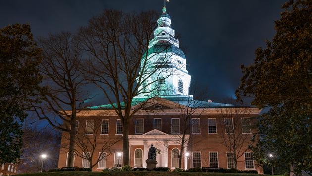El capitolio de Maryland de noche iStock / Getty Images Plus)