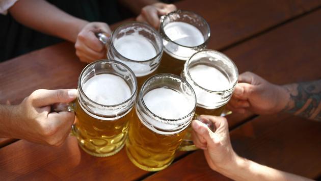 FOTO: Bebedores chocan sus tarros de cerveza en un Bavaria. (Foto de BirgitKorber/iStock/Getty Images Plus)