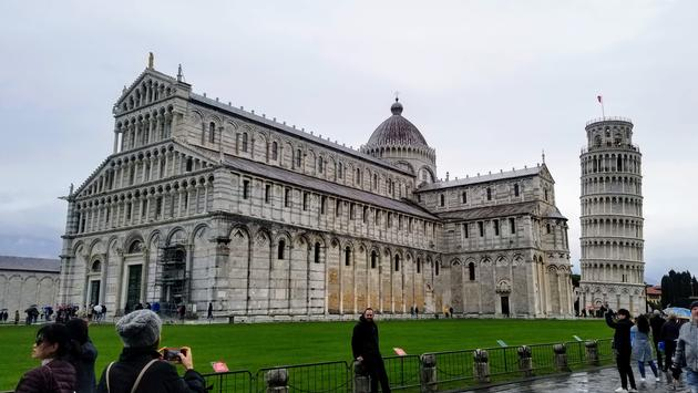 The Cathedral (Duomo) and famous leaning belltower of Pisa in the Piazza dei Miracoli, PIsa, Italy.