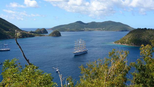 Immense voilier dans la baie des Saintes, en Guadeloupe.