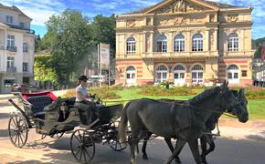 A horse and carriage in front of the Theater Baden-Baden