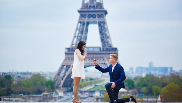 Romantic proposal in Paris in front of the Eiffel Tour.