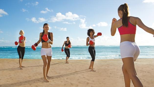 FOTO: En Breathless Resorts, los huéspedes pueden tomar clases de kickboxing en la playa. (Foto de AMResorts)