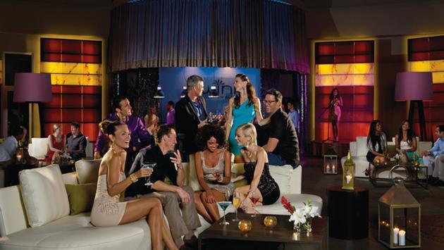 FOTO: huéspedes disfrutando de una bebida en un bar de Breathless Resorts & Spas (Foto de AMResorts)