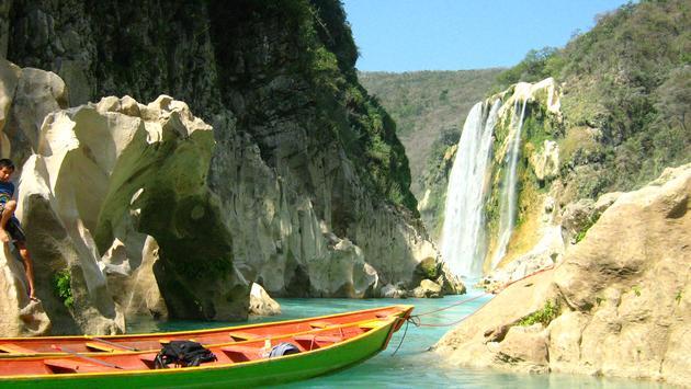 Cascada de Aquismón en el pueblo mágico de Tamul, San Luis Potosí.