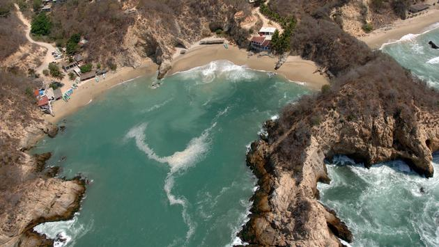 Playa Maruata en Miánchoac con sus formaciones rocosas. (Foto de Turismo Michoacán)