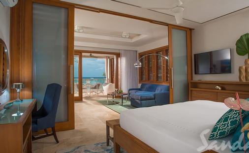 1 Free Night: Beachfront Romeo & Juliet One-Bedroom Butler Villa Suite with Outdoor Tranquility Soaking Tub