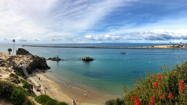 La Playa Escondida también conocida como el sitio de los piratas es un lugar bellísimo de la Playa Corona Del Mar.