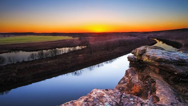 A view from a bluff on Monegaw Springs, Missouri overlooking the Osage River at dusk. (photo via tomofbluesprings / iStock / Getty Images Plus)