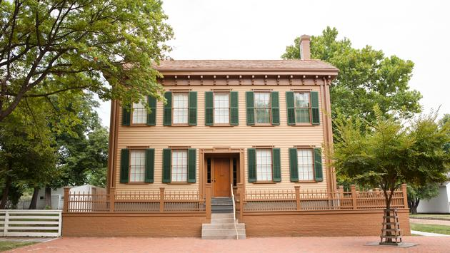 Exterior of Abraham Lincoln's home in Springfield, Illinois. (photo via eurobanks / iStock / Getty Images Plus)
