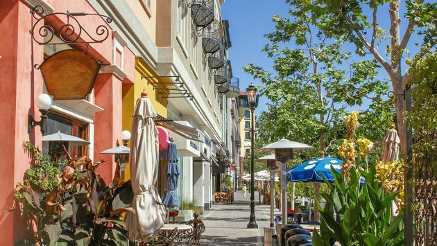 Scenery of the shopping street in San Jose, California (photo via MasaoTaira / iStock / Getty Images Plus)