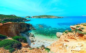 blue lagoon Comino island Malta Gozo (photo via luchschen / iStock / Getty Images Plus)