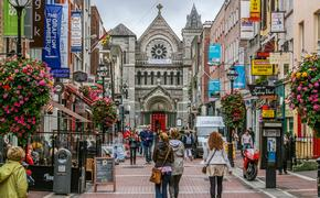 Shoppers on Grafton Street. Dublin, Ireland (photo via jamegaw / iStock / Getty Images Plus)