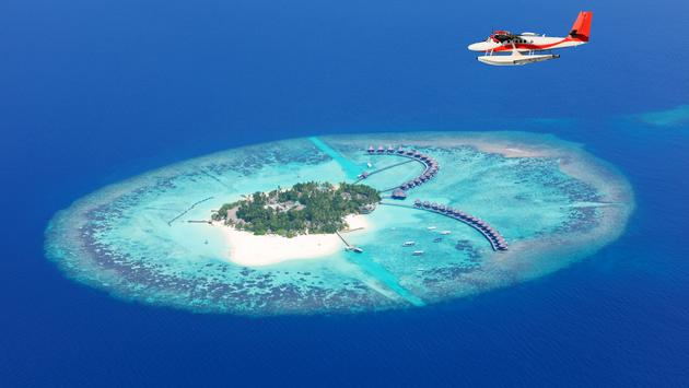 Sea plane flying above Maldives islands, Raa atol (photo via Jag_cz / iStock / Getty Images Plus)